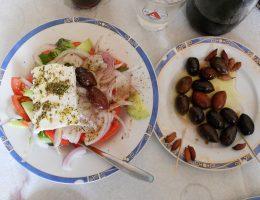 Uczta - sałatka grecka i oliwki