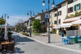 Zobacz słoneczny deptak w Grado, Włochy