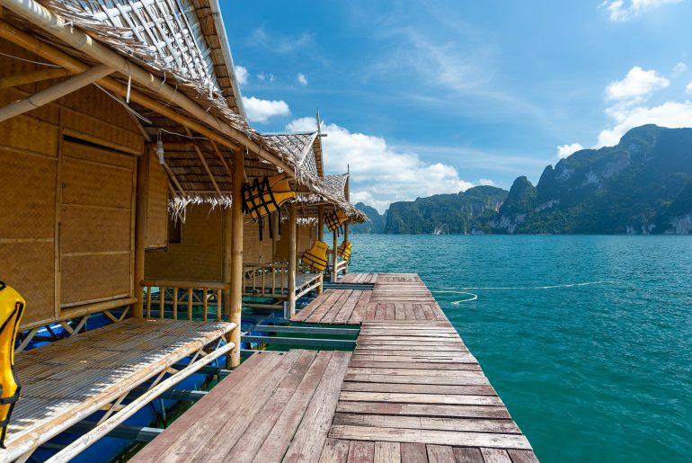 Noclegi na jeziorze Cheow Lan w parku narodowym Khao Sok