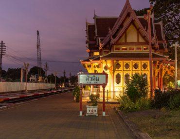 Przedstawienie zabytkowego budynku dworca w Hua Hin