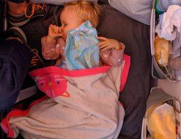 Wygodne spanie na podłodze w samolocie nie na długo