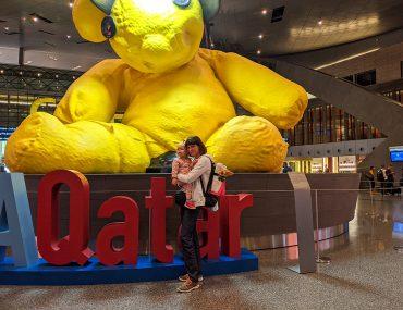 Obowiązkowe zdjęcie z misiem na lotnisku w Doha (Qatar)
