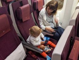 Małgosia bawi się pokładowym zestawem dla pasażerów