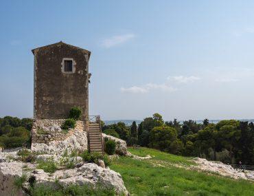 Syrakuzy - Park Archeologiczny w Neapolis - Wieża przy Teatrze Greckim
