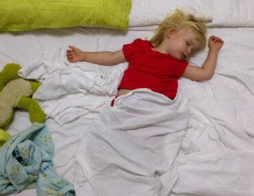 Spanie z rodzicami? Tylko w poprzek łóżka!