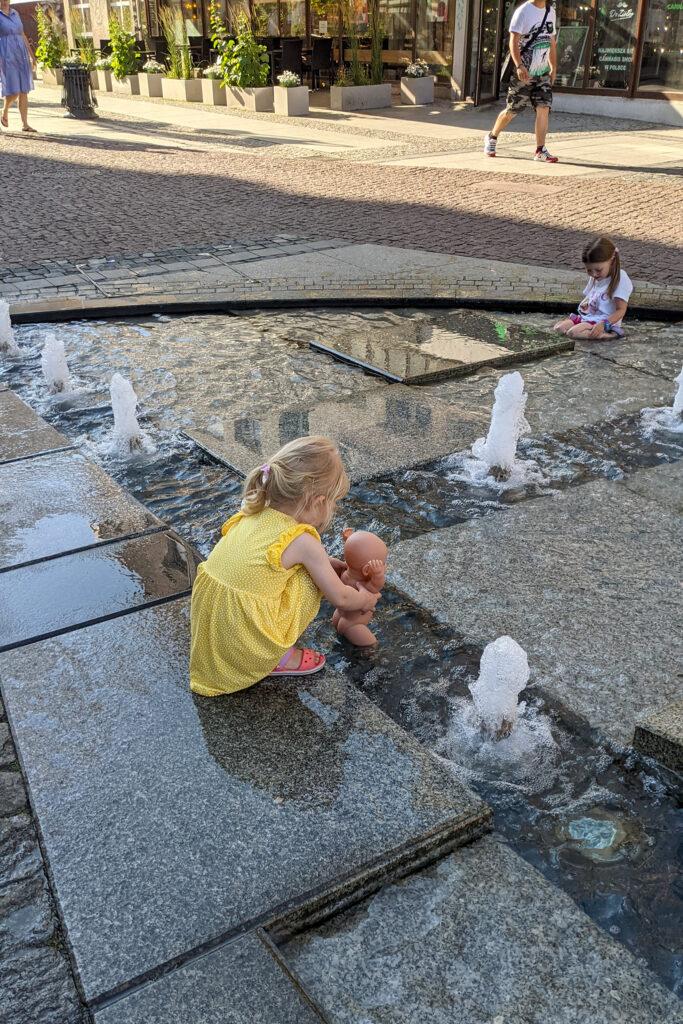 Lala też lubi zamoczyć stópki w fontannie