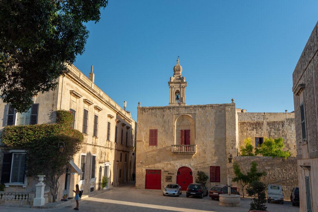 Mdina - Bastion Square - po lewej lodziarnia Fior di Latte