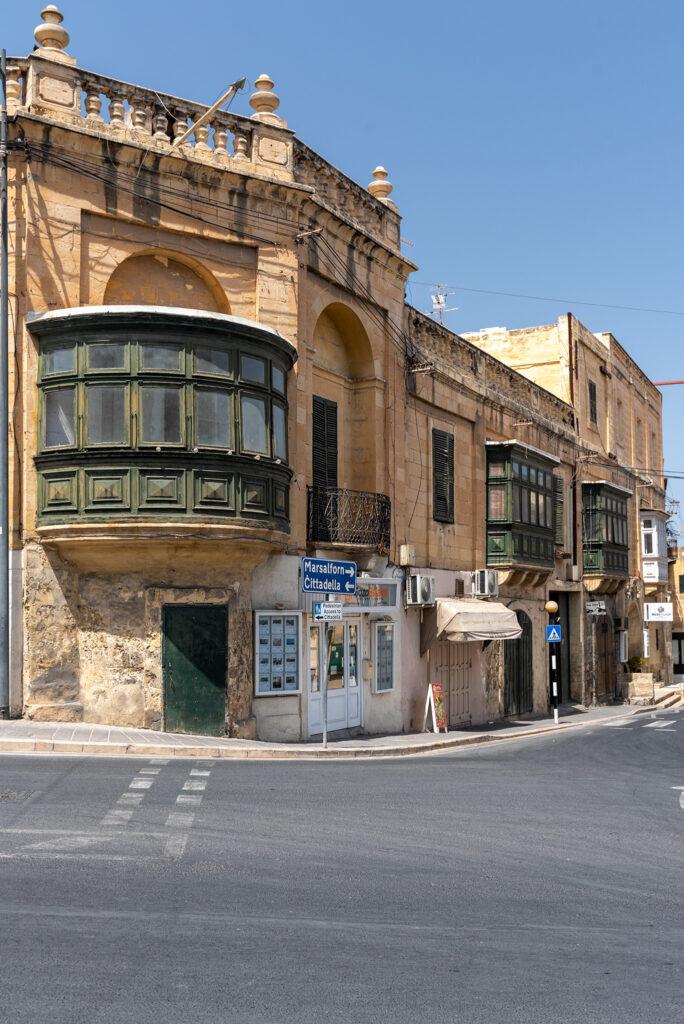 Rabat (Gozo) - kolorowe drewniane balkony to jeden ze znaków rozpoznawczych Malty