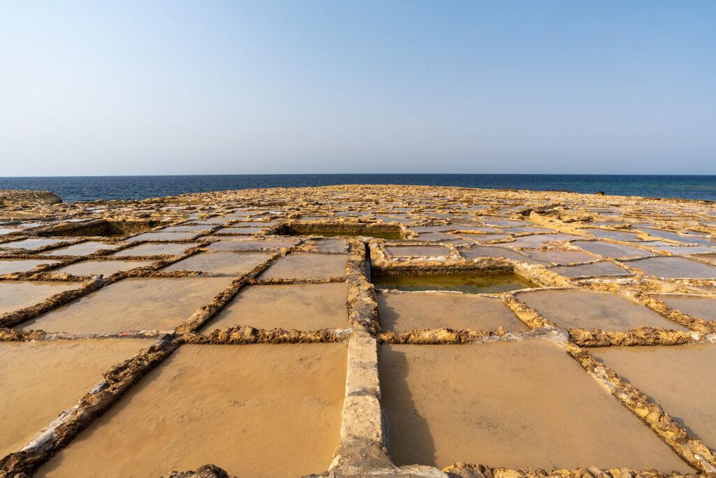Gozo - wybrzeże północne i saliny na zachód od Marsalforn