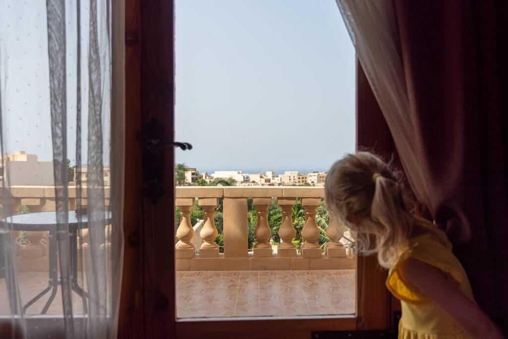 Gozo - Narcisa Farmhouse B&B - panienka z okienka