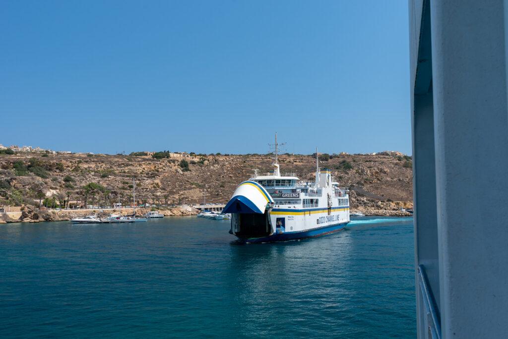 Na promie Gozo - Malta: my odpływamy a inny prom właśnie będzie cumował