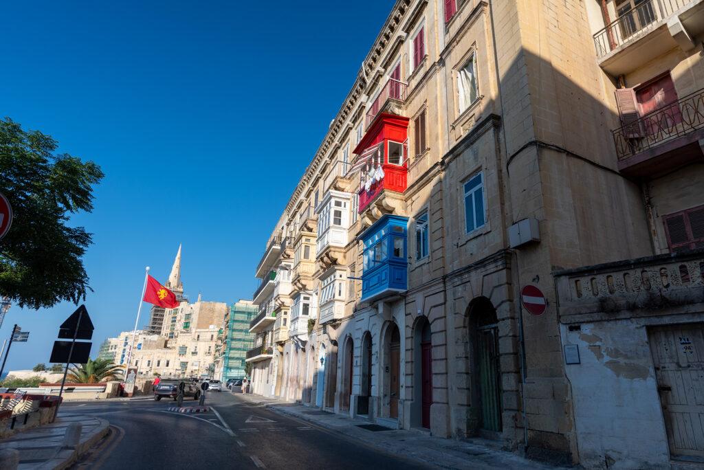 Valletta - charakterystyczne zamknięte balkony maltańskie