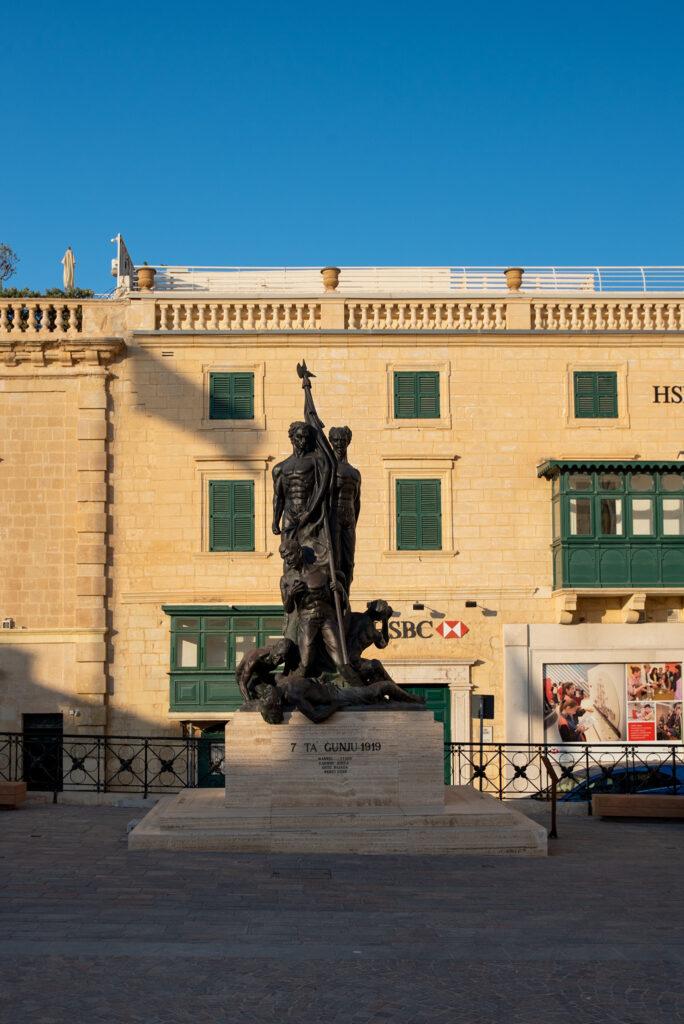 Valletta - St George's Square - pomnik Sette Giugno