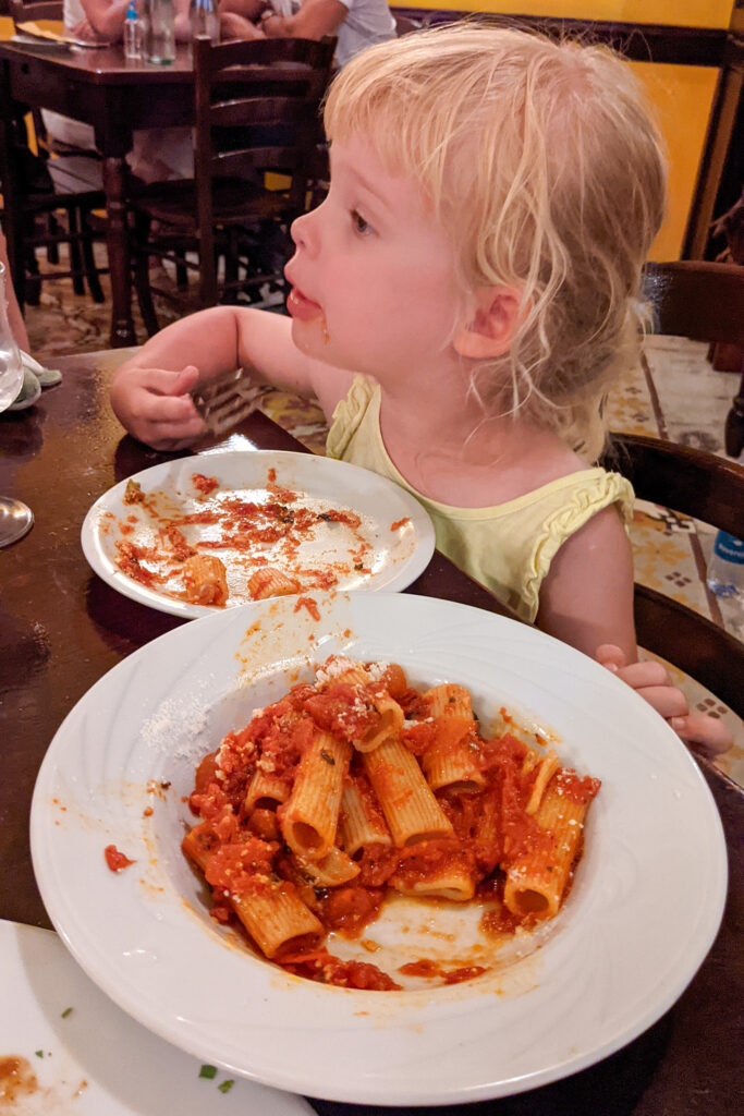 Restauracja Ta' Kris - makaron z sosem pomidorowym i parmezanem (bez pietruszki!)