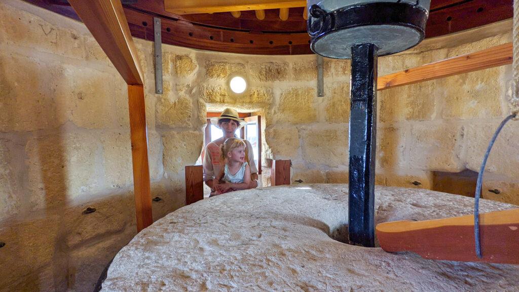 Gozo - Wiatrak Ta'Kola - oglądamy mechanizm młyna