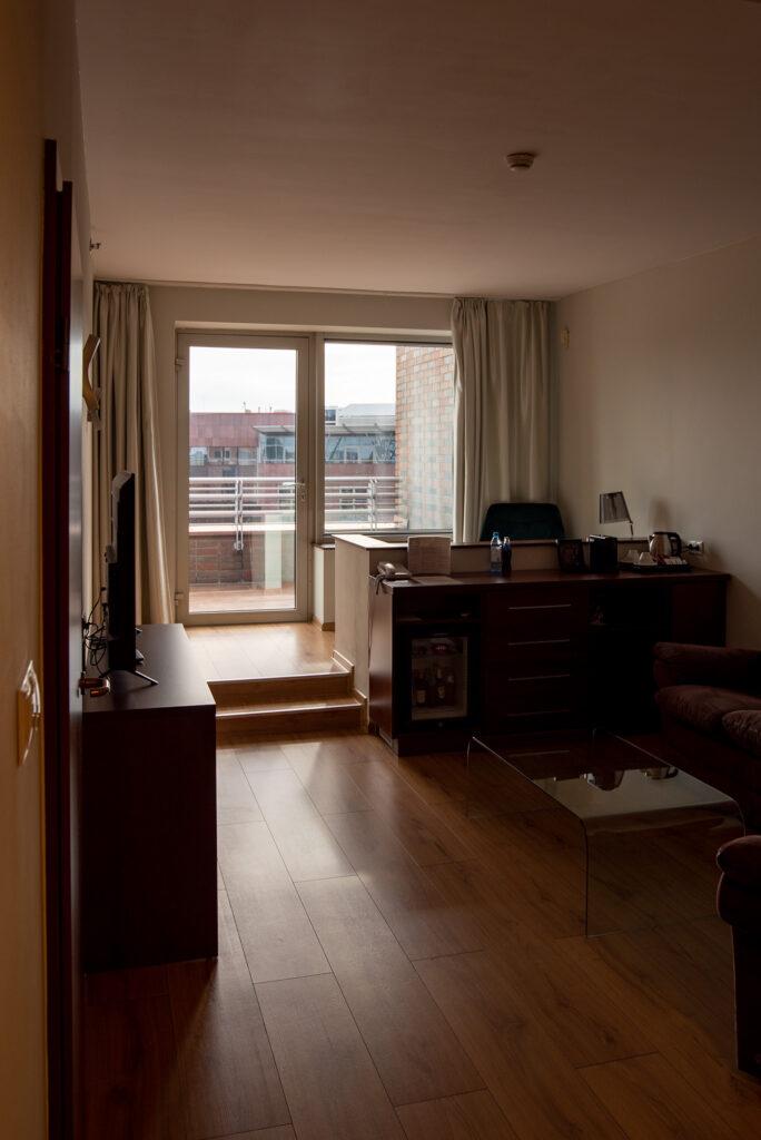 Mercure Wrocław Centrum - apartament - salon i wyjście na taras